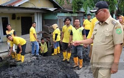 Akhyar Pimpin Normalisasi Parit di Jalan Letda Sudjono