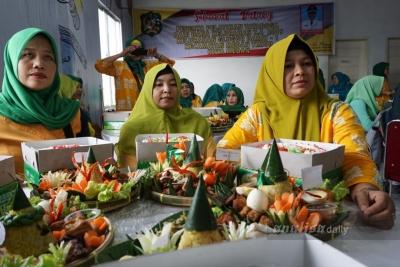 Manfaatkan Dana Kelurahan, Para Ibu Dilatih Membuat Kue