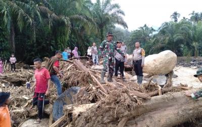 Satu Keluarga yang Hanyut Akibat Banjir Bandang di Labura Belum Ditemukan