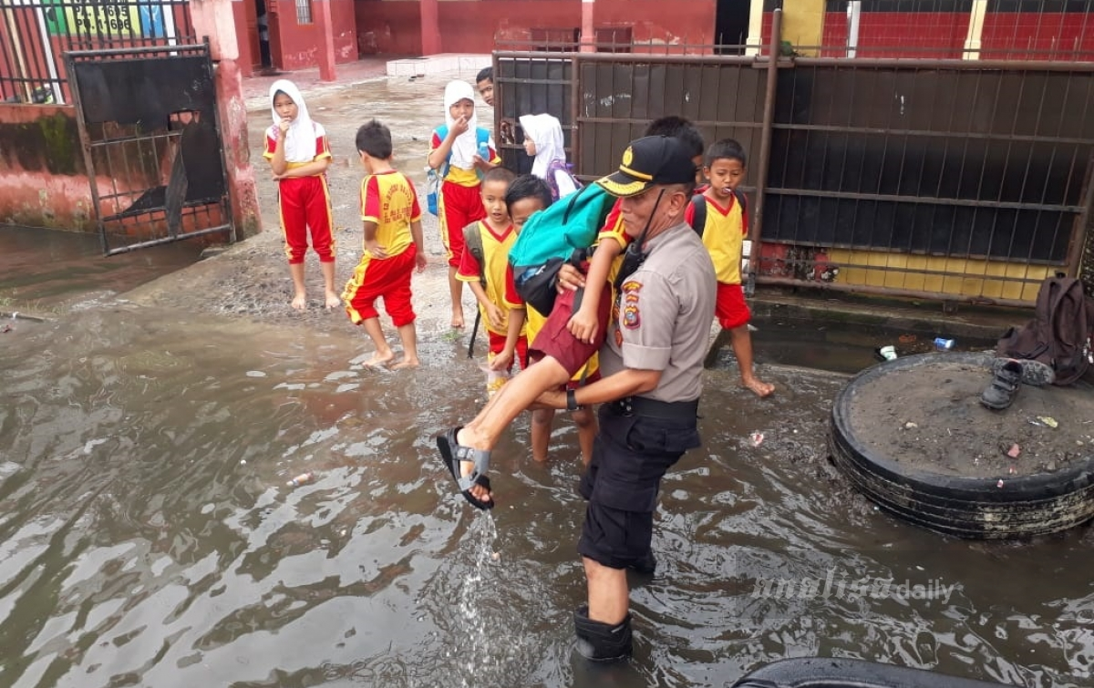 Terdampak Banjir, Kapolsek dan Camat Bantu Anak-anak