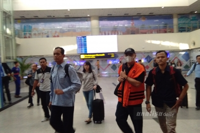 Dikawal Petugas KPK, Dzulmi Eldin Tiba di Bandara Kualanamu