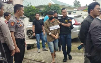 Reza Nangis Dalam Rekonstruksi Terakhir Pembunuhan Jamaluddin