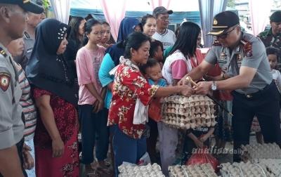 Kapolresta Deliserdang Bagikan Sembako Kepada Korban Banjir