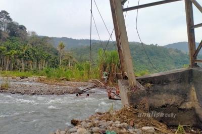 Rusak Parah, Jembatan Gantung di Padanglawas Belum Diperbaiki