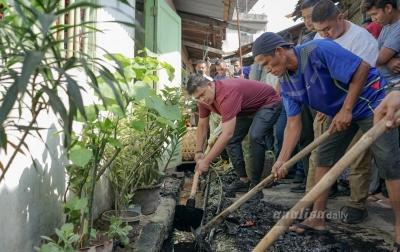 Bobby Nasution dan Warga Pulo Brayan Gotong Royong Bersihkan Selokan