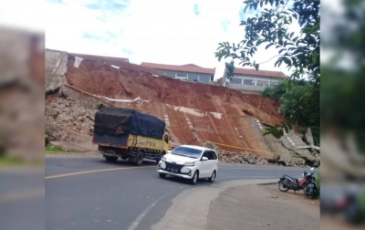 Tembok Penahan Tebing Roboh Pasca Gempa M 4.9 di Garut