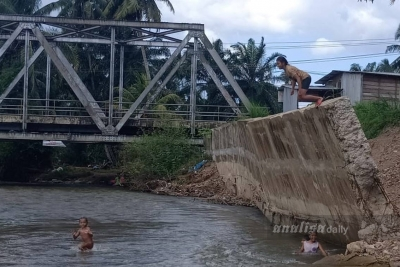 Dek Penahan Tebing di Sungai Gelanggang Semakin Miring