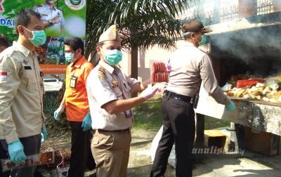 Pemusnahan Sosis dan Daging Babi Ilegal Asal Malaysia