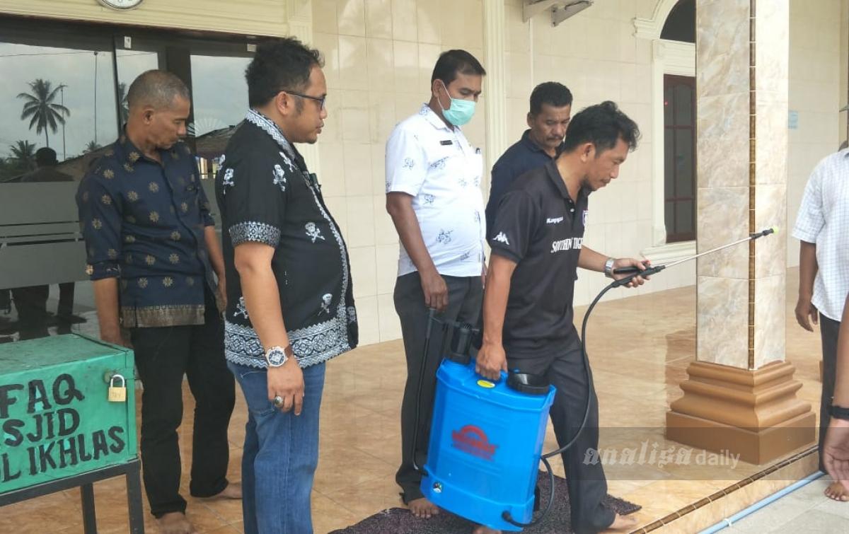 Antisipasi Covid-19, Puskesmas Kedaisianam Semprot Desinfektan di Masjid