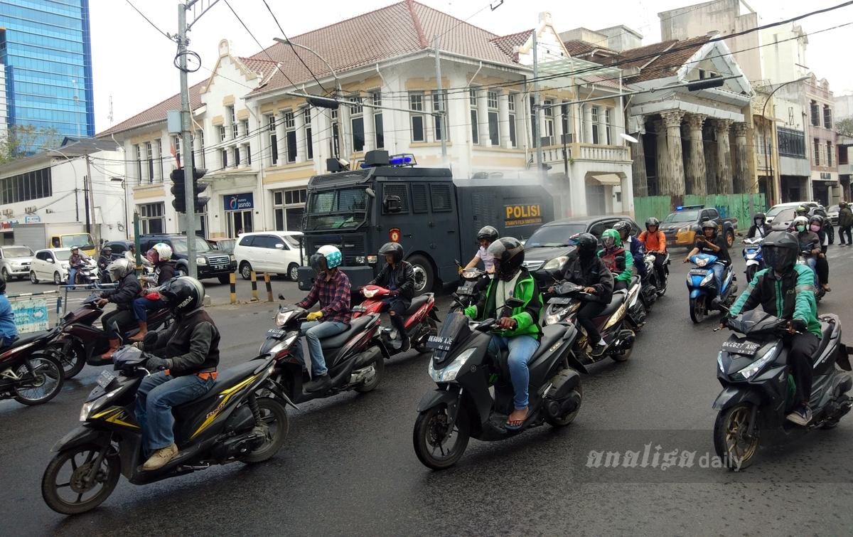 Foto: Polda Sumut Semprotkan Disinfektan di Jalan-Jalan Protokol