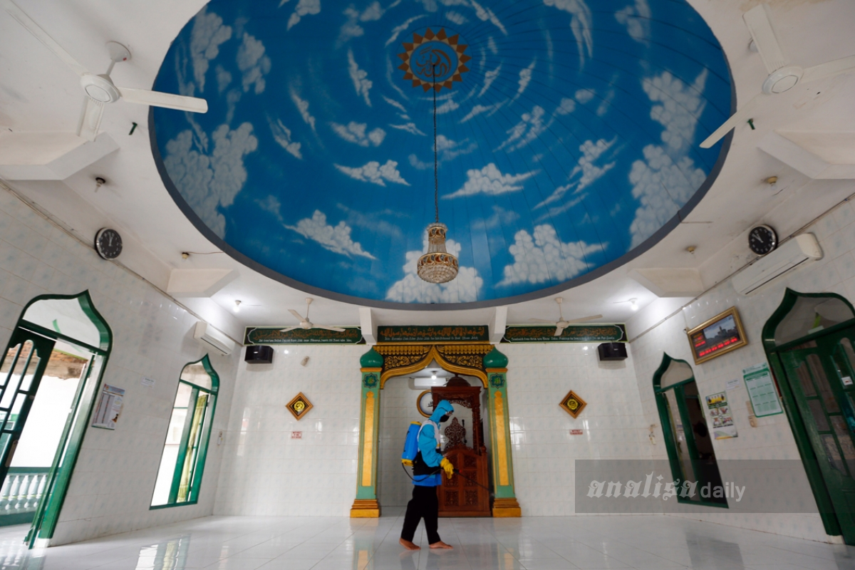 Foto: Disinfektan Masjid Cegah Penyebaran Virus Corona
