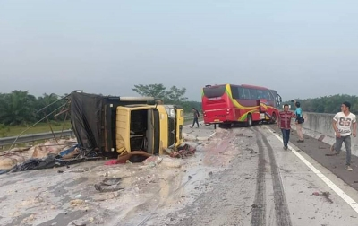 Bus Medan Jaya Tabrak Truk di Tol Medan-Tebing