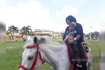 Berwisata ke Istana Maimun, Berburu Suvenir Menarik Hingga Berkuda