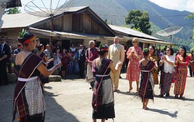 Raja dan Ratu Belanda Disambut Tortor Panomunomuan di Desa Lintong Nihuta