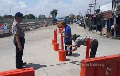 Atasi Kemacetan, Polsek Batang Kuis Pasang Pembatas Jalan