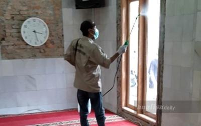 Kurangi Kecemasan, Reborn Semprotkan Disinfektan ke Masjid
