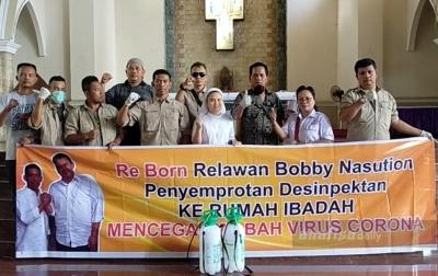 Re Born Semprotkan Disinfektan ke Gereja dan Sekolah