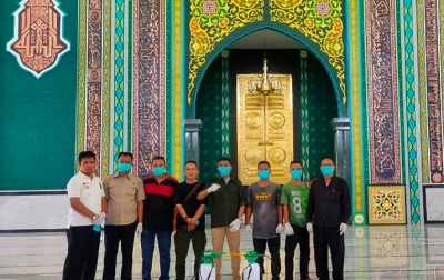 Tekan Penyebaran COVID-19, Reborn Semprot Disinfektan Dua Masjid di Tasbih