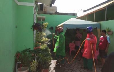Warga Alfaka 4 Medan Deli Patungan Semprot Disinfektan Cegah COVID-19