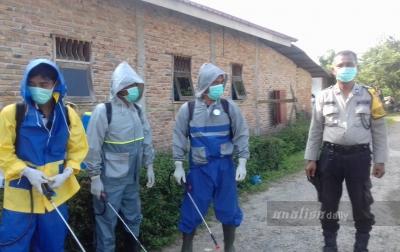 Polsek Namorambe Semprot Rumah Warga dengan Disinfektan
