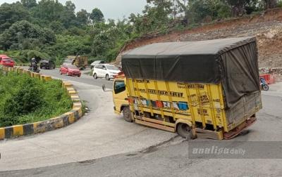 Jalan Rusak Batas Karo-Deli Serdang Mulai Diperbaiki