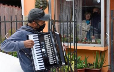 Gonzalo Acuna Hibur Orang Tuanya di Karantina