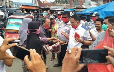 Anggota DPRD Sumut Bagikan Masker di Sibuhuan