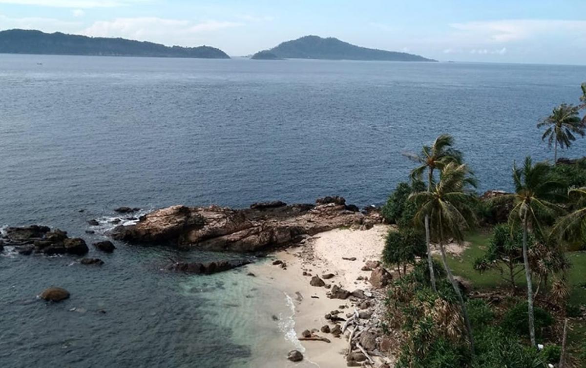 Wisata Batu Cadas Ujong Eumpee di Pulau Nasi
