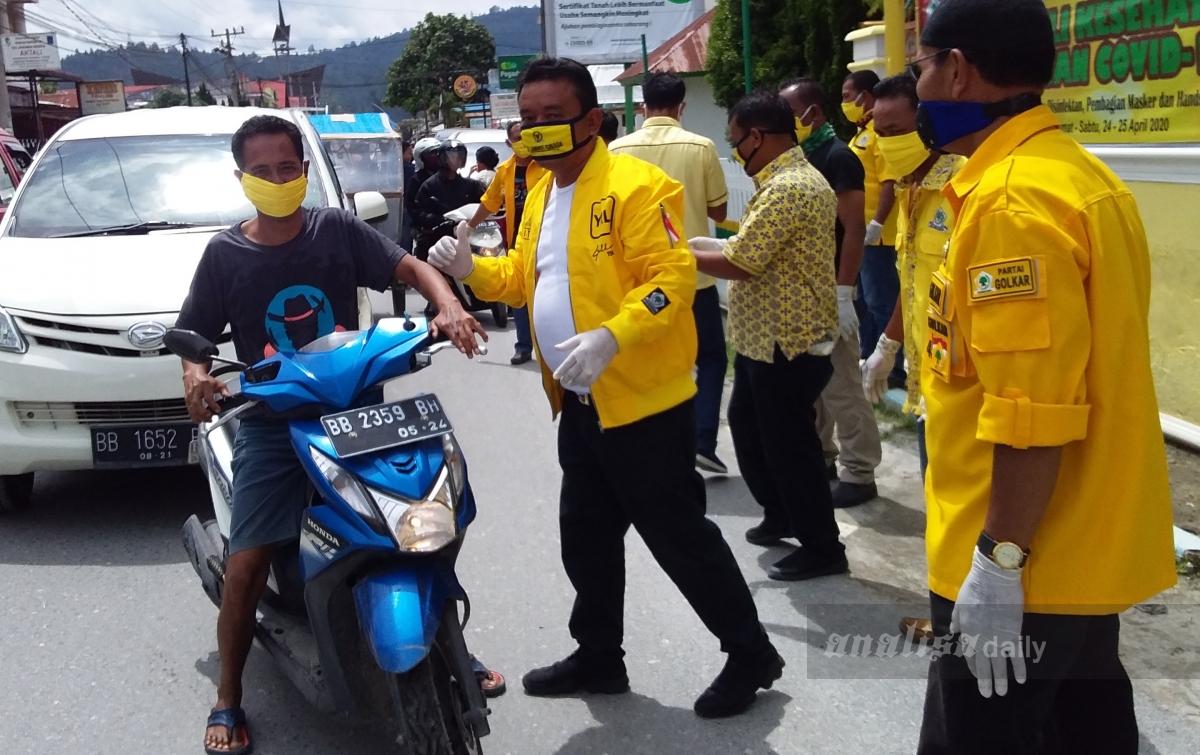 DPD II Partai Golkar Taput Bagikan Masker Kepada Masyarakat