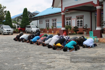 Sujud Syukur Napi Lapas Siborongborong Hirup Udara Bebas