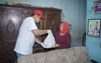 Bobby Nasution Bagikan Sembako ke Warga Terdampak COVID-19