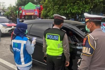 Cegah Masyarakat Mudik, Polisi Periksa Kendaraan di Tol Lubuk Pakam