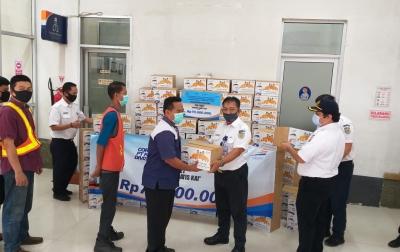 KAI Divre I Sumut Bagikan 700 Paket Sembako di Bulan Ramadan