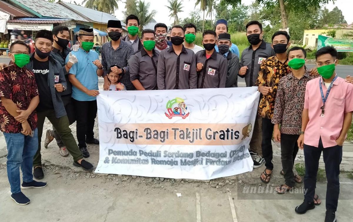 Remaja Firdaus Estate Bersama P2SB Berbagi Takjil dan Masker
