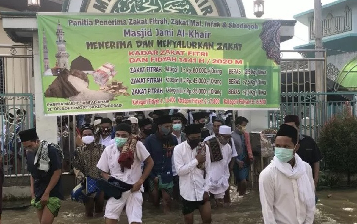 Banjir Tidak Halangi Warga Menunaikan Salat Idul Fitri