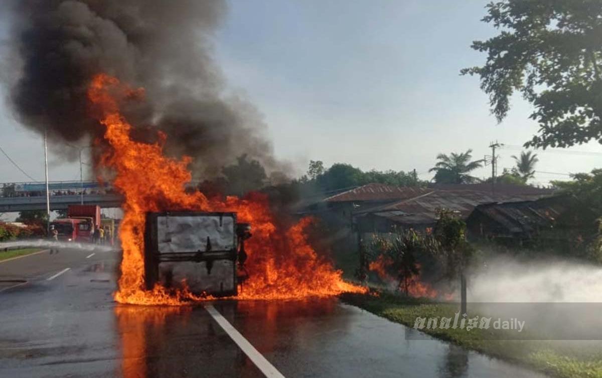 Pecah Ban Lalu Terguling, Satu Unit Mobil Terbakar di Jalan Tol Belmera