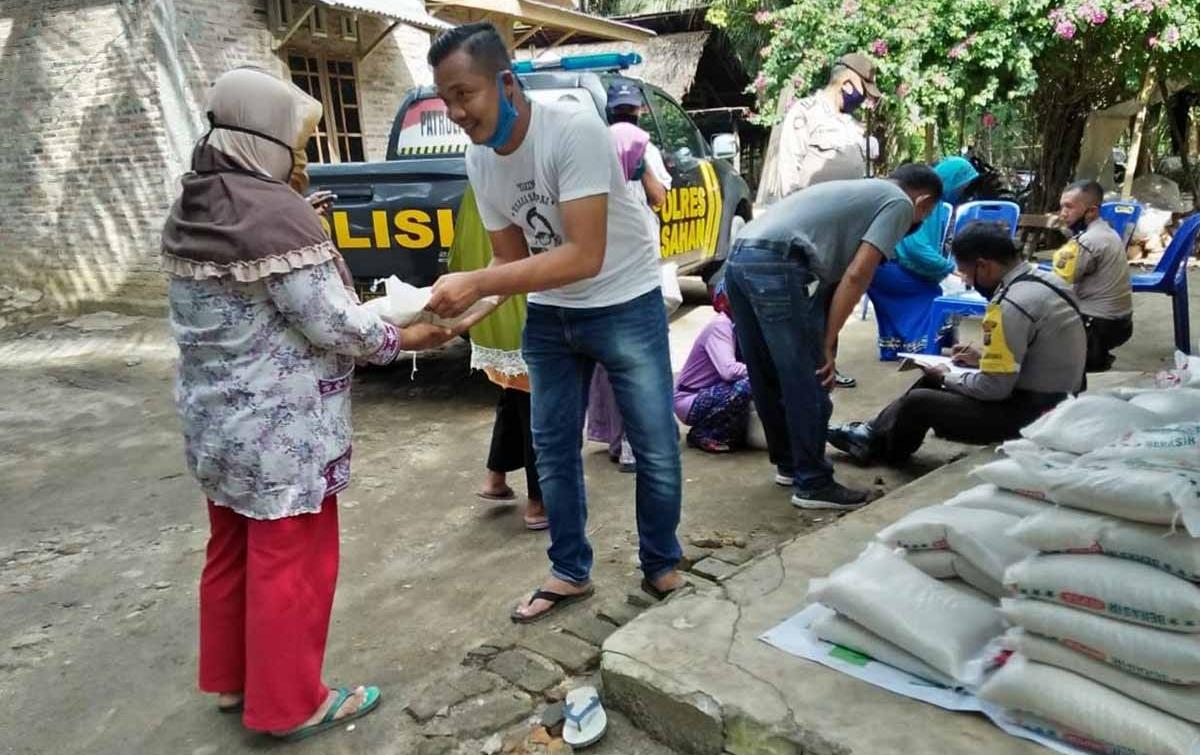 HMI Sumut dan Polres Asahan Bagikan Sembako ke Warga Desa Pulau Rakyat Tua