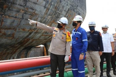 Kapolda Sumut Tinjau Kapal Tanker yang Terbakar
