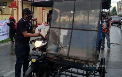 Berkah Ramadan, Puluhan Penarik Becak Dapat Paket Sembako