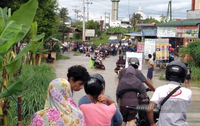 Banjir Putus Arus Lalu Lintas Antardesa di Sunggal
