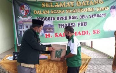 Anggota DPRD Deli Serdang Bagikan Sembako Kepada Guru Ngaji