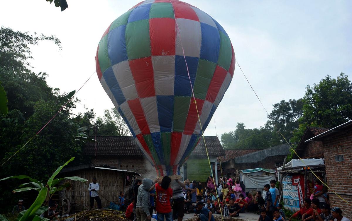 Foto: Tradisi Menerbangkan Balon Udara
