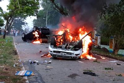 Warga dan Polisi Bentrok, Mobil Wakapolres Madina Dibakar