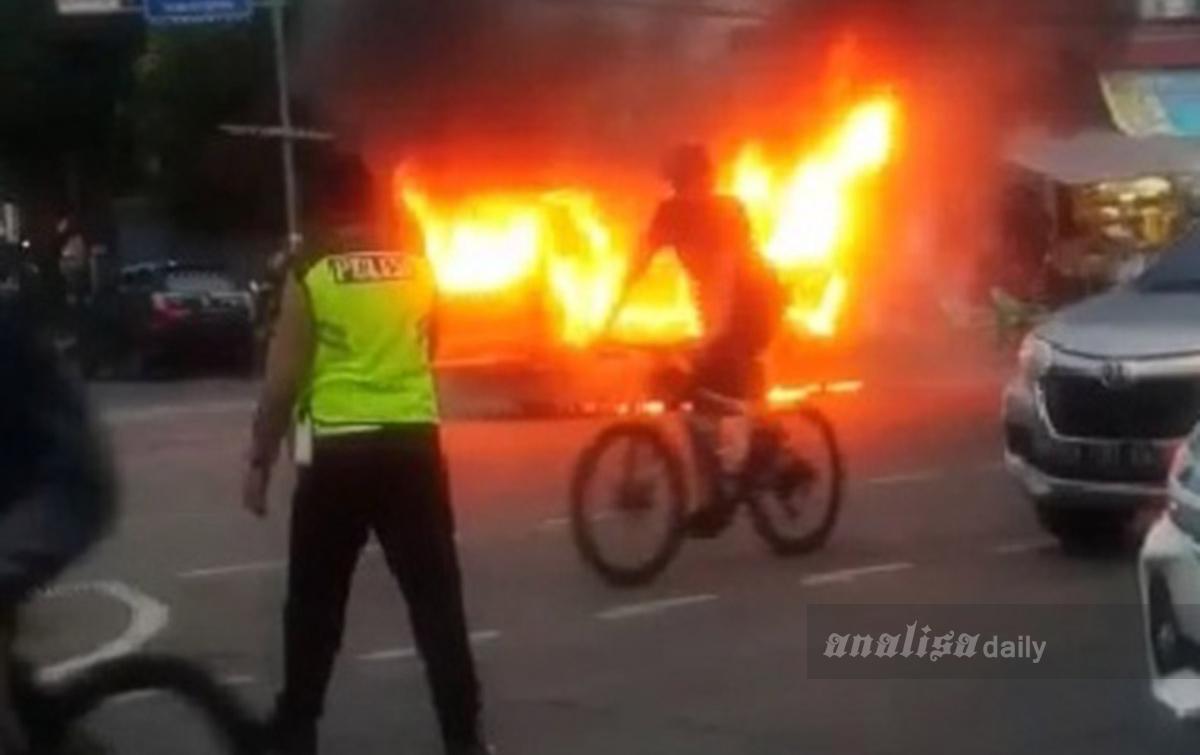 Detik-detik Sopir dan Penumpang Panik saat Angkot Terbakar