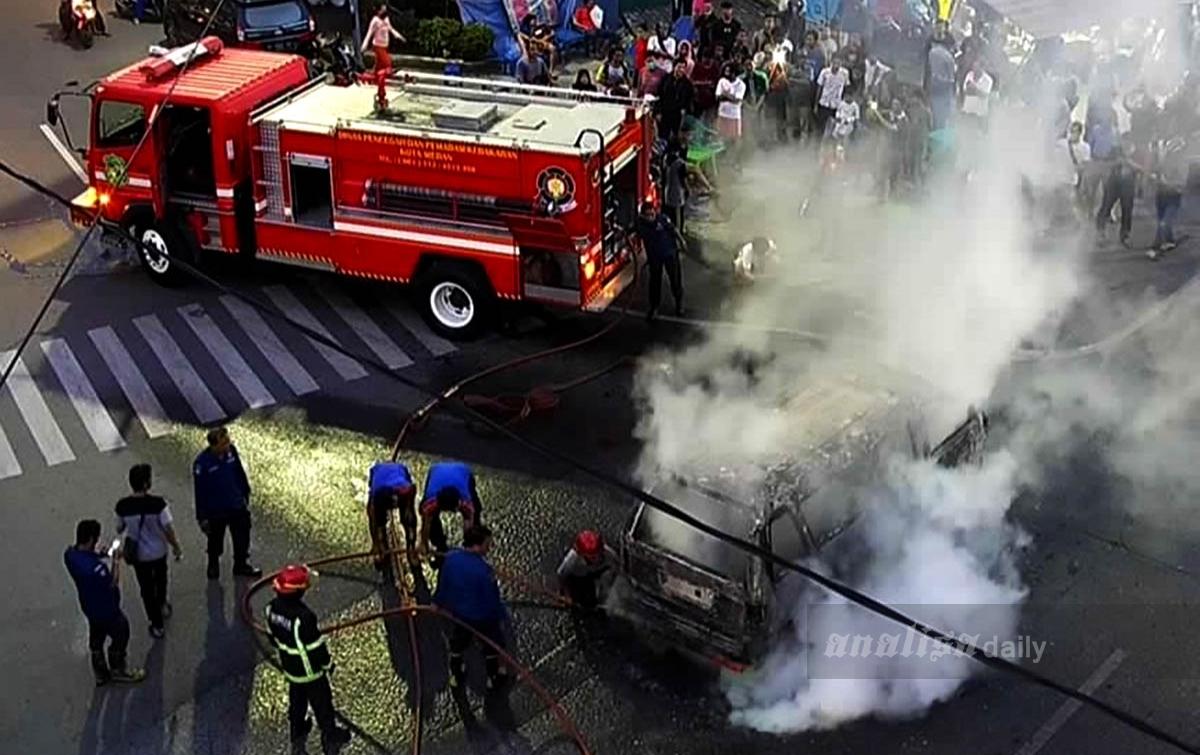 Angkot Terbakar Dekat Tugu Sisingamangaraja Akibat Korsleting Listrik