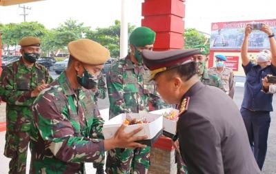 Danyon Armed 2/105 Beri Kue Ulang Tahun Kepada Kapolresta Deli Serdang