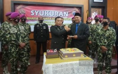 Personel Tertua dan Termuda Polres Langkat Terima Kue HUT Bhayangkara