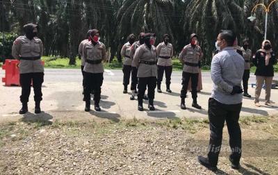 Pasukan Srikandi Ambil Alih Penjagaan Posko Covid-19 Perbatasan