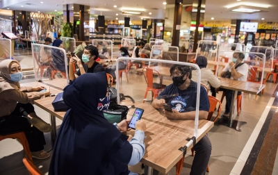 Foto: Penerapan Protokol Kesehatan di Food Court