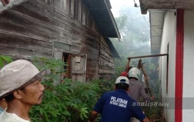 Petugas Terpaksa Dobrak Pintu Untuk Jinakan Api